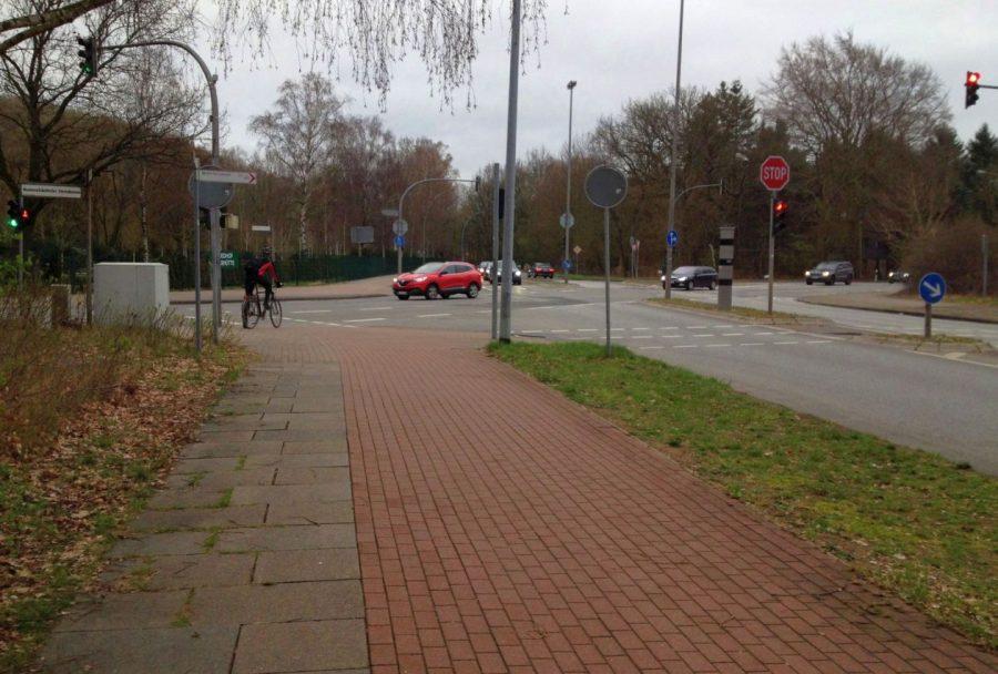 Breiter Radweg entlang der Poppenbütteler Straße in Norderstedt