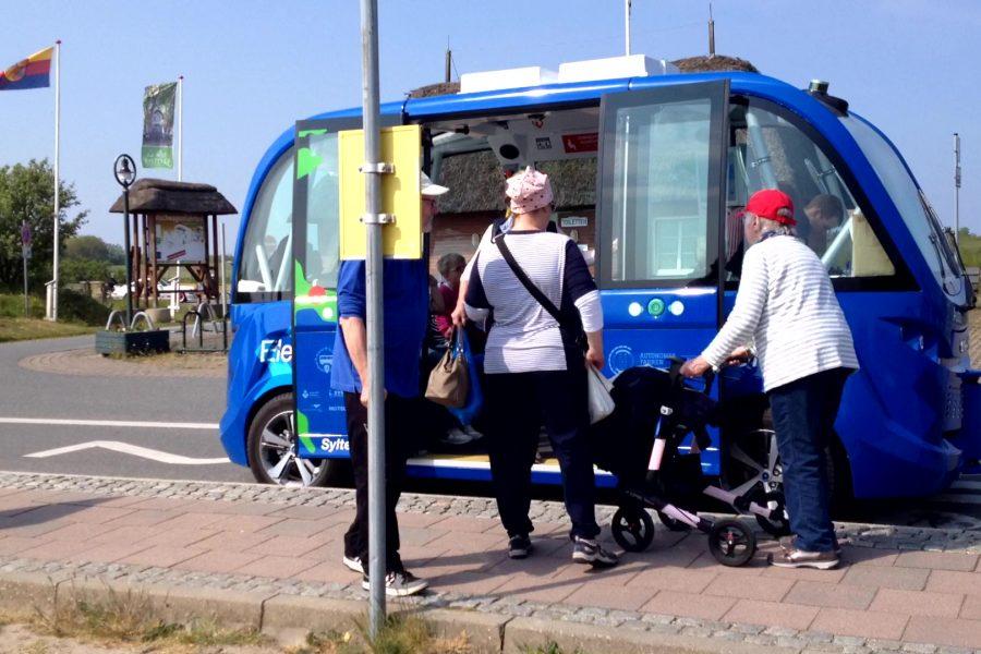 Autonomer Minibus in Keitum auf Sylt: Menschen beim Einsteigen.