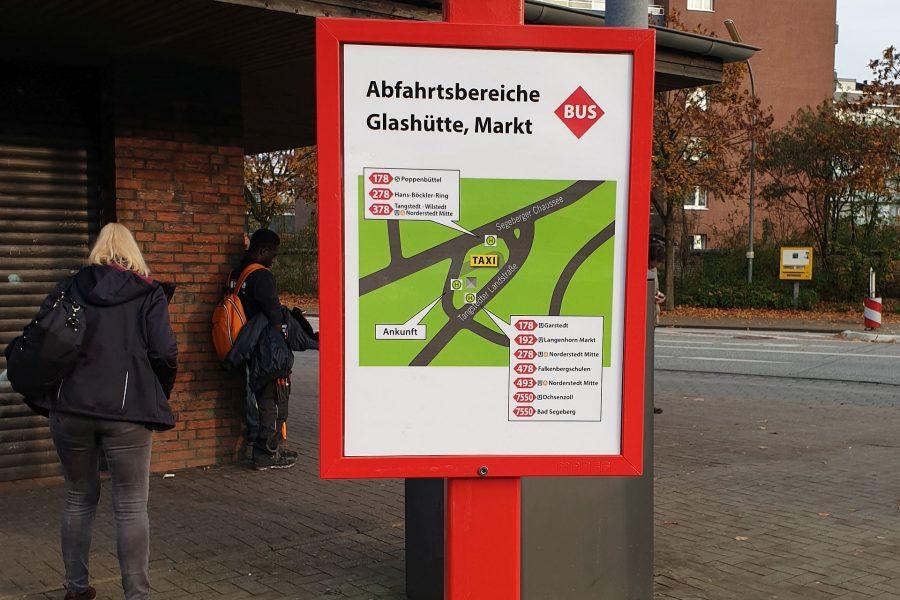 Tafel zeigt die Abfahrtsbereiche am Glashütter Markt mit Buslinien und Richtung