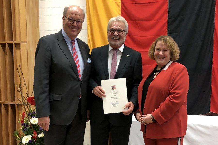 Innenminister Grote überreicht die Freiherr-vom-Stein-Verdienstnadel an Helmuth Krebber