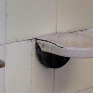 Lehrschwimmbecken Friedrichsgabe: Der alte Duschraum muss benutzt werden, weil der neue Duschraum wegen Legionellengefahr nicht benutzt werden darf.