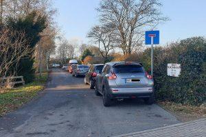 Häufig zugeparkt: Der Weg vor den Kleingärten gegenüber vom Stadtpark