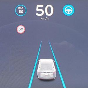 Beispiel Tesla: Blaue Linien zeigen die Fahrspurunterstützung an